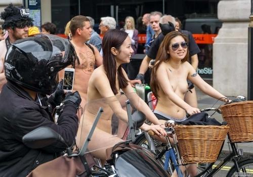 全裸自転車イベントに参加してるアジアン美女のヌード画像 7
