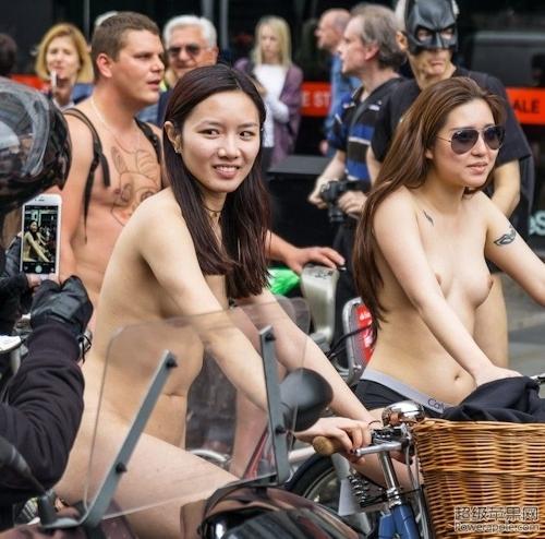 全裸自転車イベントに参加してるアジアン美女のヌード画像 8