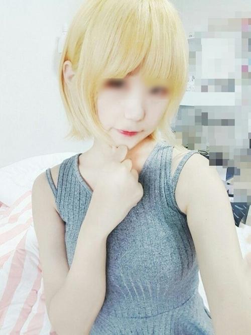 美乳&パイパン&金髪な韓国素人美少女の自分撮りヌード画像 14