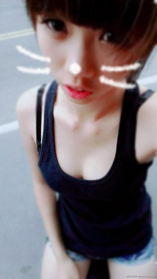 Cカップ美乳なアジア系素人女性の自分撮りヌード画像 1