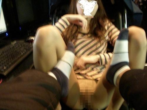ネットカフェで彼女にパイパンマ○コ露出させた画像 3