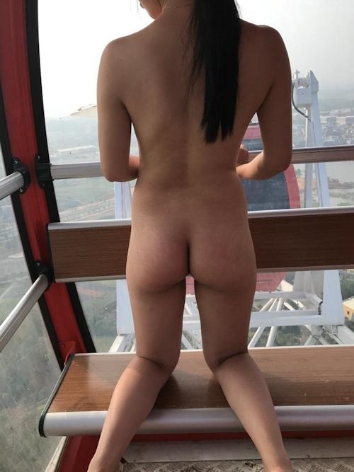 観覧車で全裸になってる中国の美人女子大生のヌード画像 1