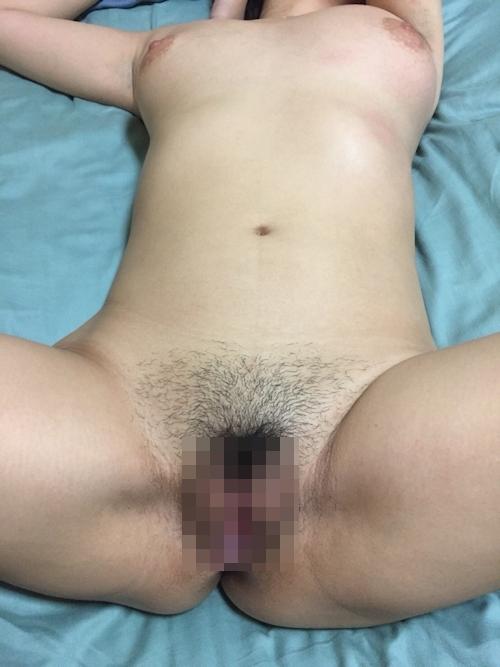 ピンク乳首の巨乳人妻のプライベートヌード画像 10