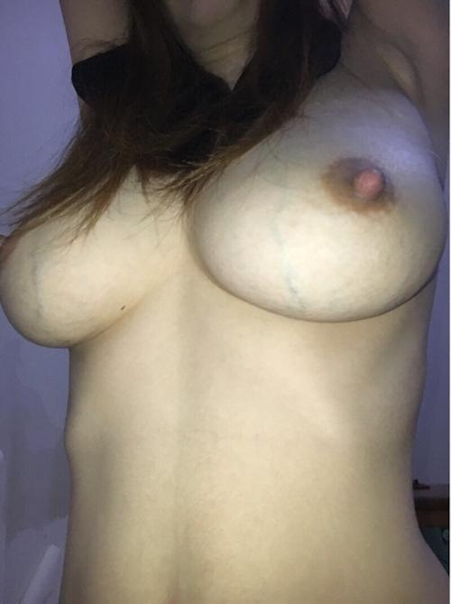 24歳巨乳人妻のオナニー&ハメ撮りヌード画像 2