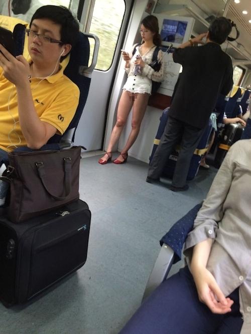 電車内にノーパンでマ○コ露出してるメガネ美女が現る!? 1