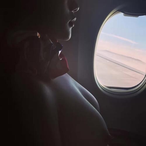 巨乳なCAが機内で撮影したおっぱい画像? 1