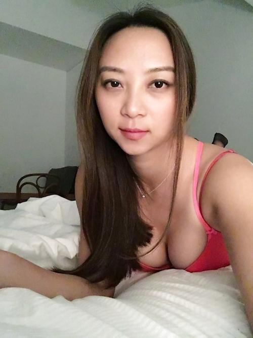 美乳な美人妻のおっぱい画像 1