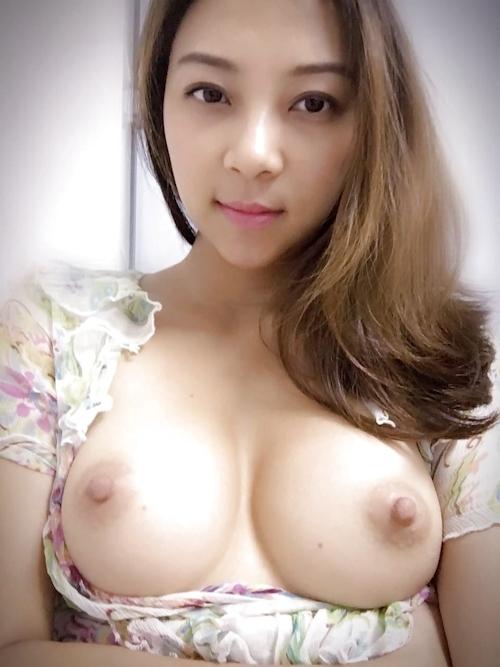 美乳な美人妻のおっぱい画像 4