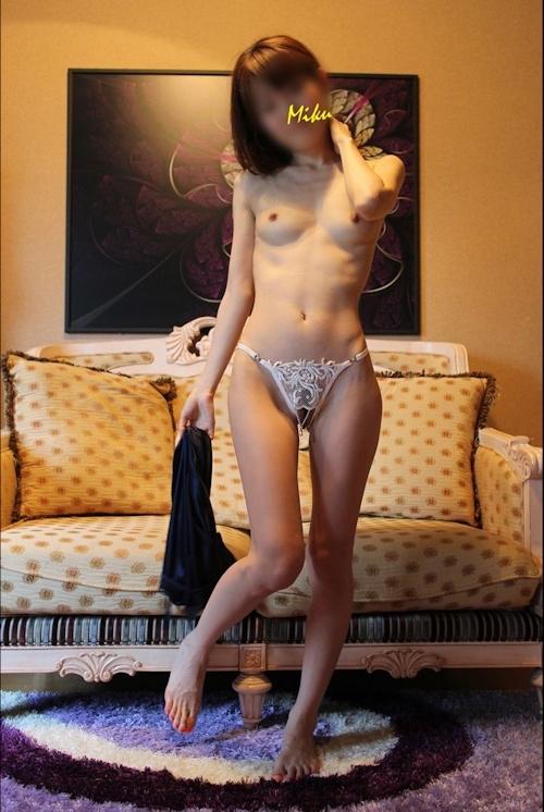 スレンダー素人女性をホテルで撮影したヌード&ハメ撮り画像 2