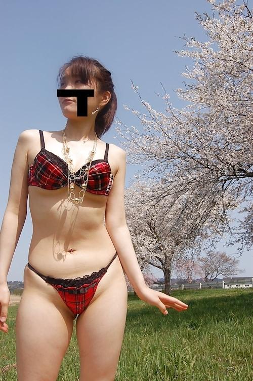 桜の木の下で全裸になってる素人女性の野外露出ヌード画像 2
