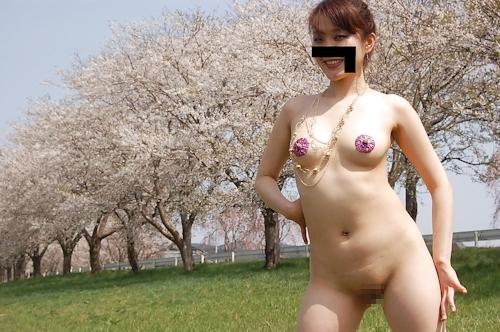 桜の木の下で全裸になってる素人女性の野外露出ヌード画像 6