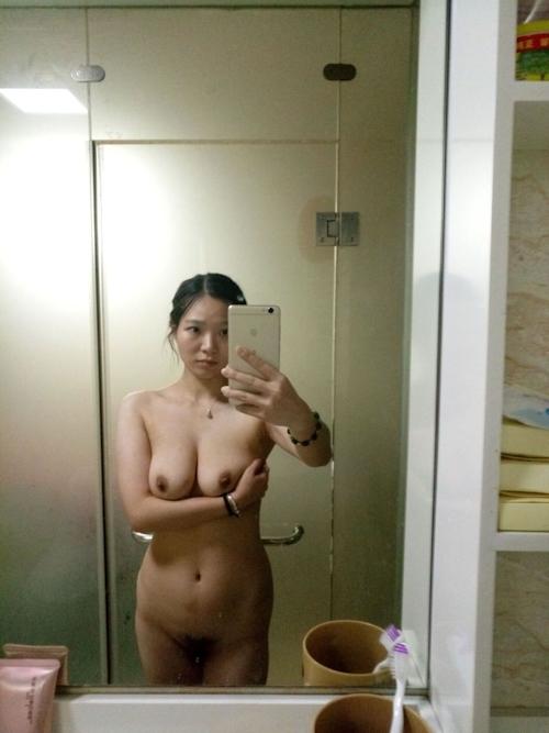 巨乳なアジアン美女の自分撮りヌード画像 4