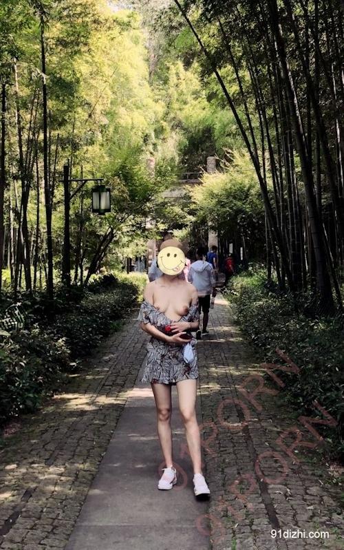 中国素人女性が観光地で野外露出ヌード画像 1