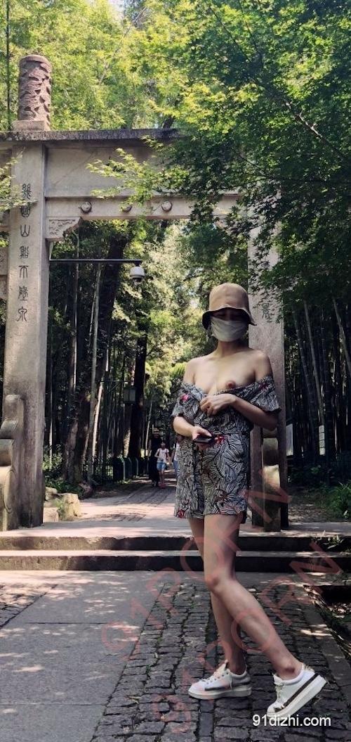 中国素人女性が観光地で野外露出ヌード画像 2