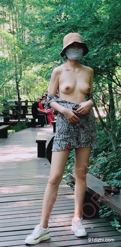 中国素人女性が観光地で野外露出ヌード画像 6