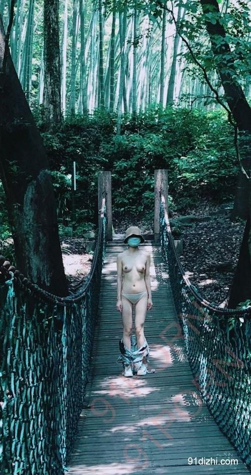 中国素人女性が観光地で野外露出ヌード画像 9