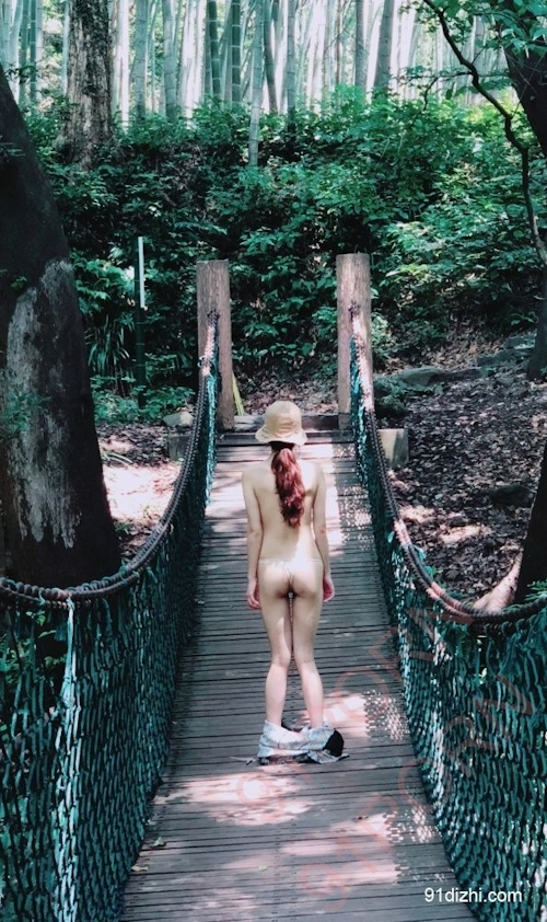 中国素人女性が観光地で野外露出ヌード画像 10