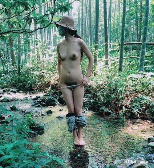 中国素人女性が観光地で野外露出ヌード画像 13