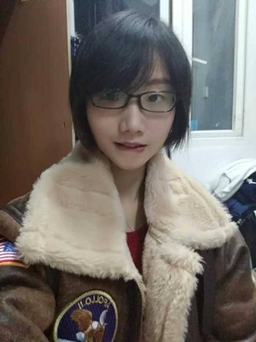 陥没乳首のメガネ美少女の自分撮りヌード画像 1