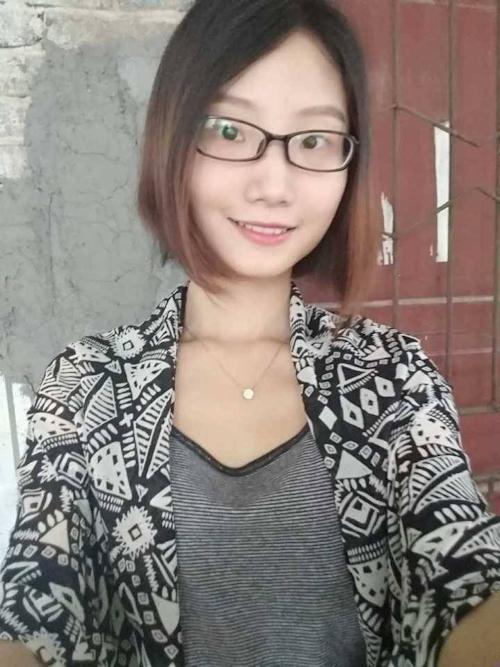 陥没乳首のメガネ美少女の自分撮りヌード画像 2