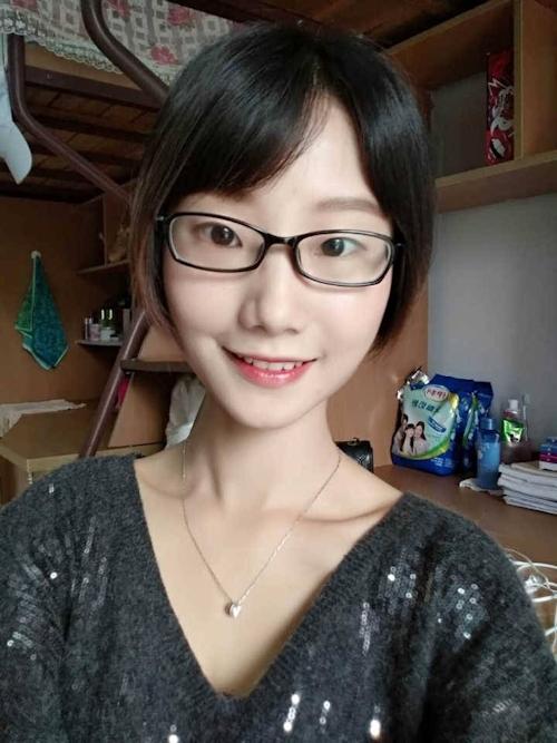 陥没乳首のメガネ美少女の自分撮りヌード画像 3