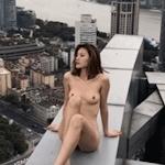 超高層ビル屋上の危険な場所で撮影したスレンダー美女のヌード画像