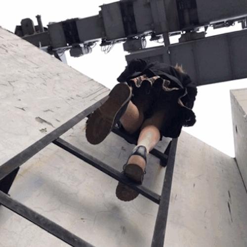 超高層ビル屋上の危険な場所で撮影したスレンダー美女のヌード画像 1