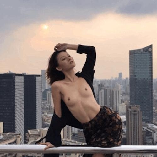 超高層ビル屋上の危険な場所で撮影したスレンダー美女のヌード画像 2