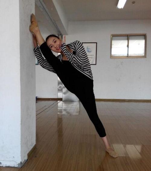 ダンス学校の美人学生のプライベートヌード流出画像 1