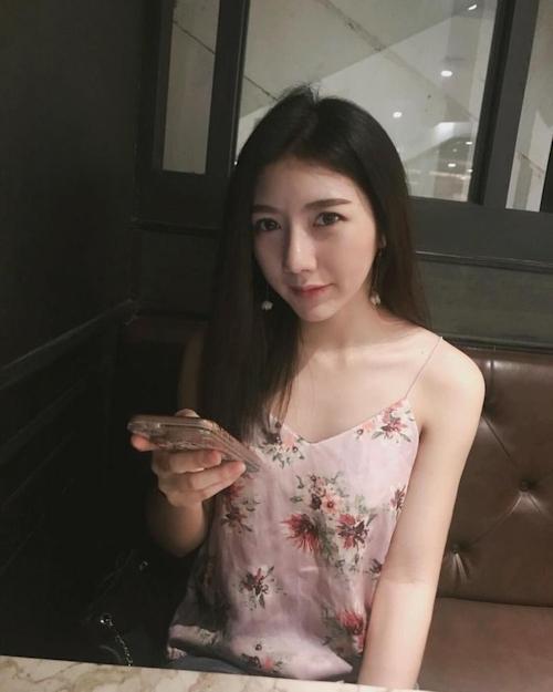 微乳なアジア系女子学生の自分撮りヌード画像 2