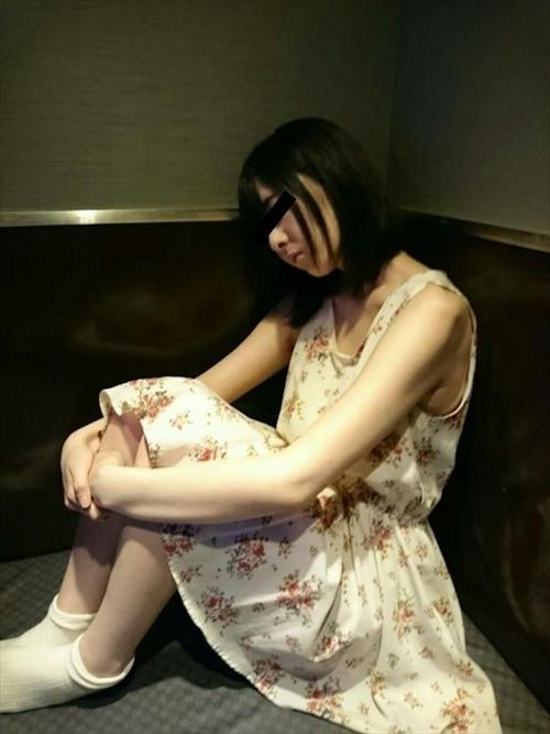 美乳な女子大生のネカフェ個室ヌード画像 1