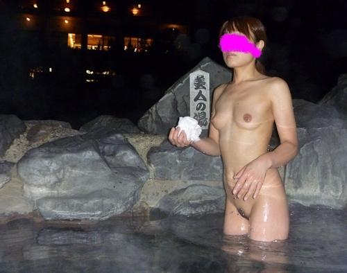 露天風呂で撮影した素人女性のヌード画像 4