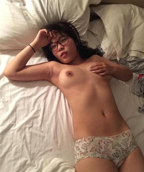 巨乳なメガネっ娘女子大生のヌード画像 1