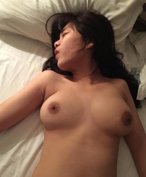巨乳なメガネっ娘女子大生のヌード画像 6