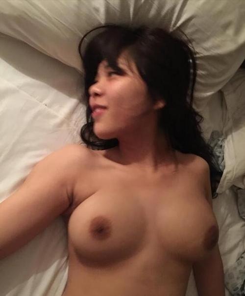 巨乳なメガネっ娘女子大生のヌード画像 7
