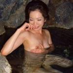 露天風呂で撮影した素人美熟女のヌード画像