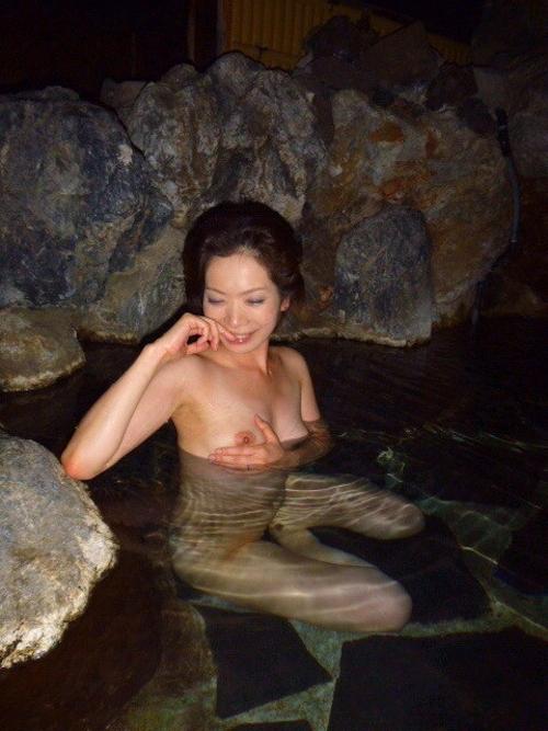 露天風呂で撮影した素人美熟女のヌード画像 1