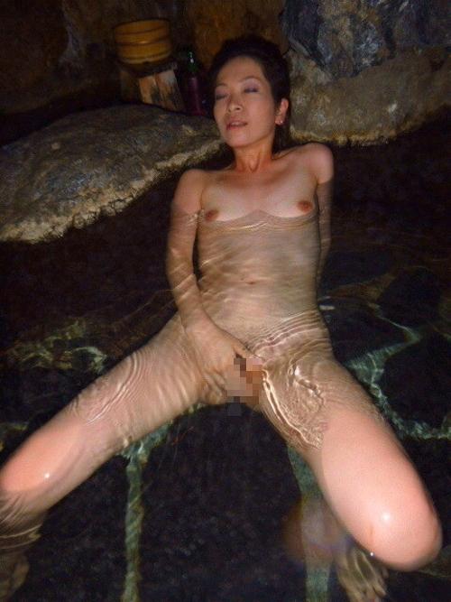露天風呂で撮影した素人美熟女のヌード画像 3
