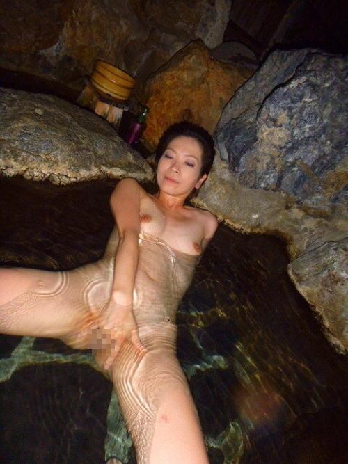 露天風呂で撮影した素人美熟女のヌード画像 4