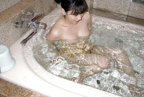 美乳美女の入浴ヌード画像 9