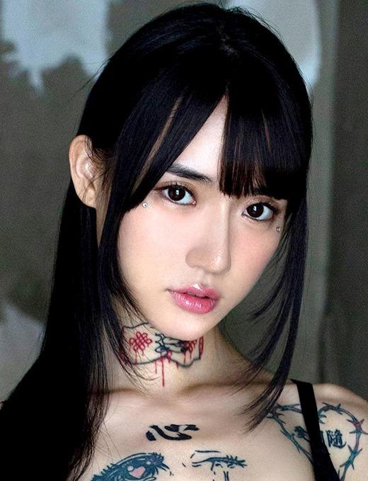 水森翠 極細ボディにタトゥのAV女優画像