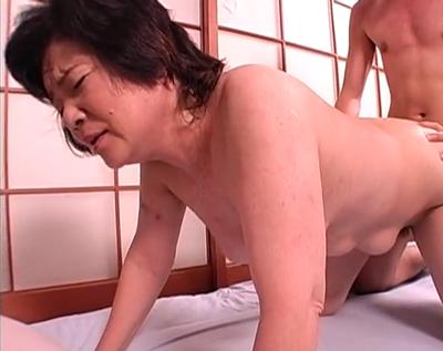昭和の性生活を終えた高齢老婆さんとおまんこ精子中出しセックスする性交中の動画を無料で見る