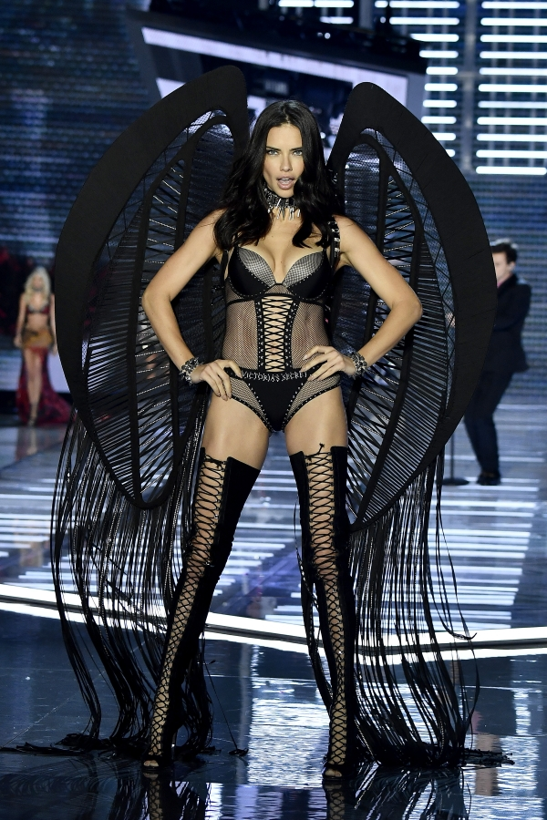 adriana-lima-victorias-secret-fashion-show-shanghai-20-nov-17-32.jpg