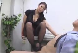 黒パンスト痴熟女の美脚虐め&手コキ責め射精男潮噴き!小早川怜子