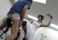 【M男】ウェディングドレス+黒ブーツ美脚で金玉虐め!