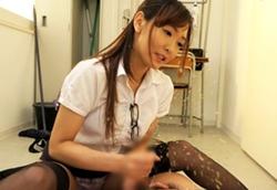 水沢のの 美脚痴女教師がパンスト足コキで射精させ直後の敏感亀頭を高速刺激して男の潮吹きで生徒をお仕置き!