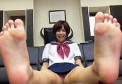 美人OLと制服美少女がパンストや上履きで蒸れた足裏を撮影して臭いを嗅いだりして色々教えてくれます。