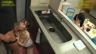 彼女のお姉さんは誘惑巨乳痴女!こっそりフェラ手コキ! 篠田ゆう2