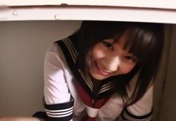 セーラー服ロリ女子 机の下の濃厚フェラチオ口内射精!篠宮ゆり